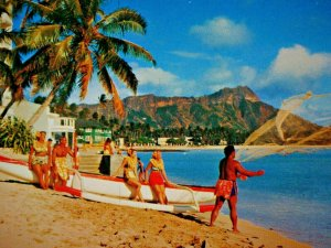 Waikiki Beach, Honolulu, Hawaii Man Throwing Net Women Sitting on Boat Postcard