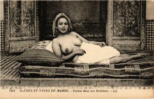CPA Scenes et Types. MAROC Fatma dans son Interieur ETHNIC NUDE (574132)