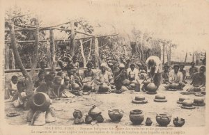 FIJI - Femmes Indigenes fabriquant des marmites et des gargoulettes , 1890s