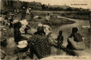 CPA Visite au Camp senegalais. Les Femmes au Bain MAROC (825221)