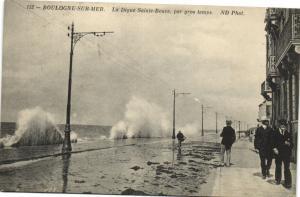 CPA  Boulogne-sur-Mer  La Digue Sainte-Beuve par gros temps     (172501)