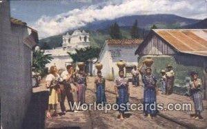 Guatemalan women carrying water home, Mujeres Guatemaltecas acarreando agua p...