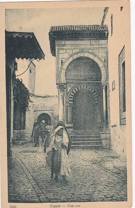 Men and women walking, Une rue, Tunis, Tunisia, 10-20s