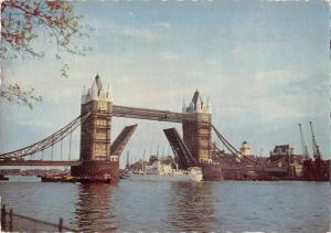 B97298 the tower bridge london ship bateaux uk