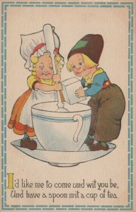 Dutch couple making a cup of tea together, PU-1914