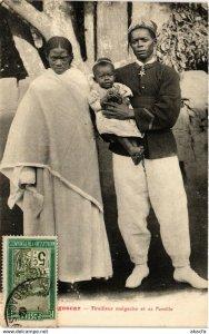 CPA AK Tirailleur Malgache et sa Famille MADAGASCAR (819066)