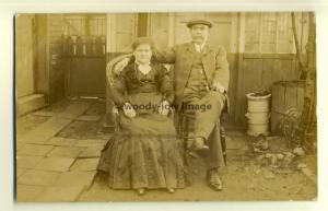 su1313 - Couple posing for camera in their garden - postcard
