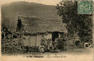 CPA La Vie a Madagascar. Case a l'interieur de l'Ile MADAGASCAR (709635)