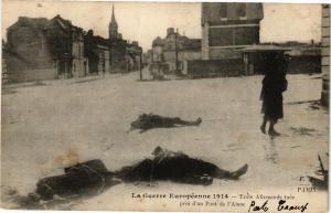 CPA La Guerre europeenne Trois allemands tues (191375)