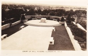 RP: CLAREMORE , Oklahoma , 30-40s ; Crypt of Will Rogers