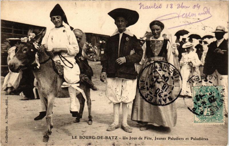 CPA Le Bourg de Batz Un Jour de Féte FRANCE FOLKLORE (789556)