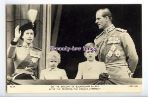 r2667 - Queen Elizabeth II & Duke of Edinburgh & Children on Balcony - postcard