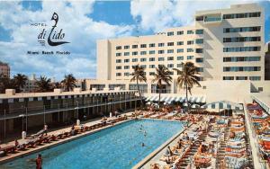 Florida  Miami Beach  Hotel di Lido  Poolside View