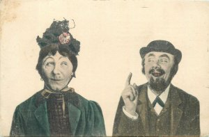 Comic funny Postkarte couple caricature vintage outfits hats