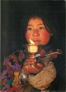 Fillette dans le temple du Jokhang Lhassa Tibet photo Olivier Follmi postcard