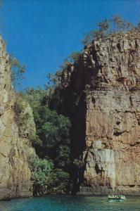 Tour Boat Passing Jedda Rock, Katherine Gorge, Nitmiluk National Park, Northe...