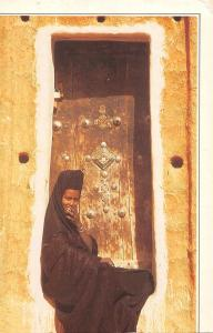 BR46376 Mauritainne assse sur le pas de sa porte a Oualata    Mauritania