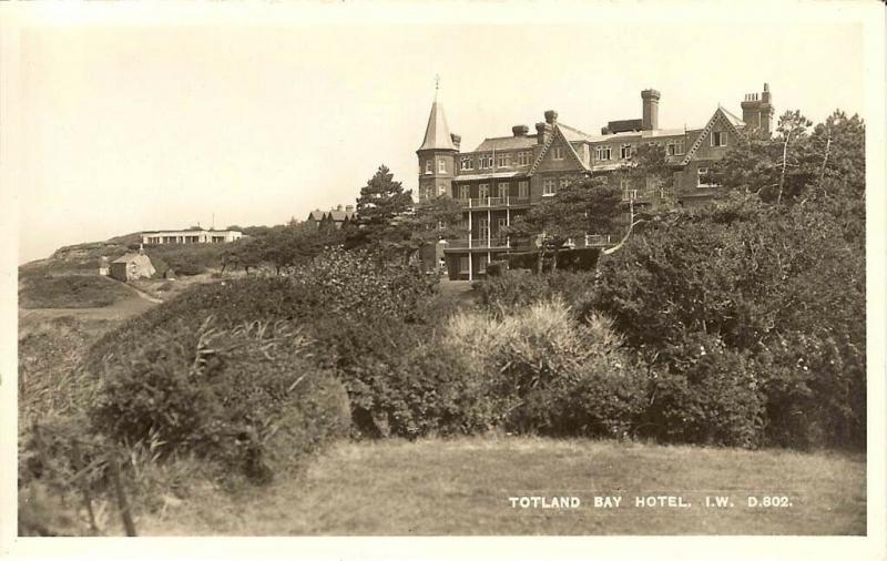 (t34) Wight Totland Bay Hotel Postcard