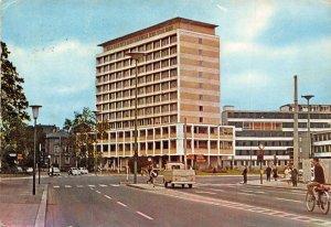Unviersitatsstadt Giessen Behordenhochhaus Stadttheater Vintage Cars Postcard