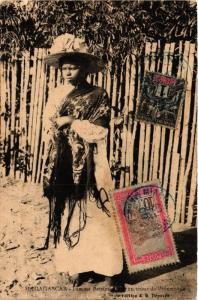 CPA Femme Betsimisaraka en tenue de Promenade. MADAGASCAR (626150)