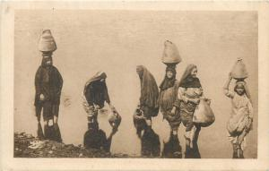 Egypt women carrying water from the Nile