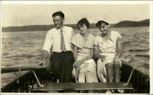 CRISP IMAGE Man w/ 2 Women in Rowboat Boat c1920s-30s Fashion RPPC