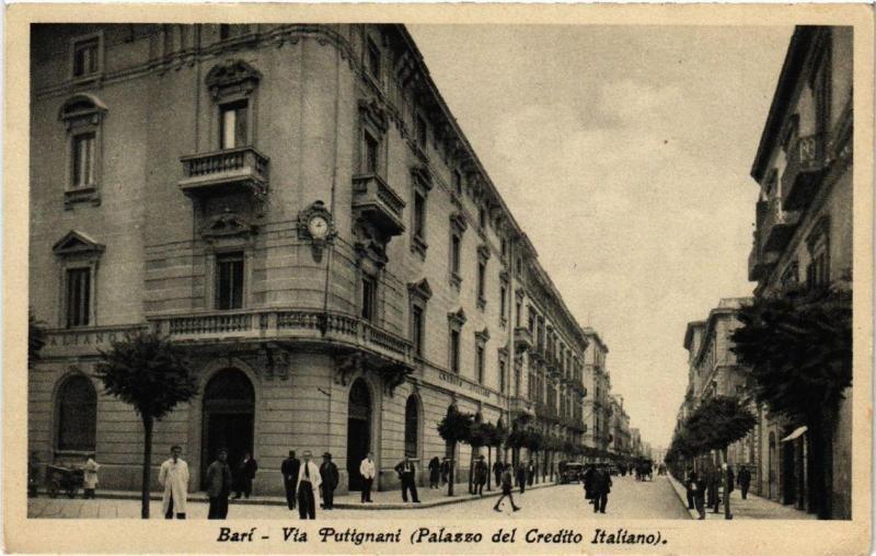 CPA AK BARI Via Puttgnani Palazzo del Credito Italiano. ITALY (531561)