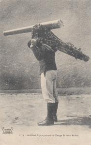 Artilleur Alpin portant la Charge de deux Mulets , France , 00-10s