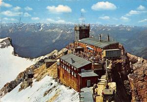 Zugspitze Muenchner Haus mit dem Turm der Wetterwarte Gipfel