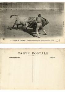CPA Bullfighting - Matador Executant una Passe de Muleta Aidée (776272)