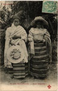 CPA Au pays BETSIMISARAKA Deux elegantes MADAGASCAR (709412)