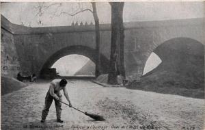 CPA AK PARIS Berges de la Seine Balayeur a l'ouvrage (479323)