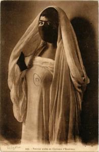 CPA Femme arabe en Costume d'Exterieur ALGERIE (749647)
