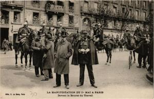 CPA PARIS Manifestation du 1er Mai. Devant la Bourse du Travail (700379)