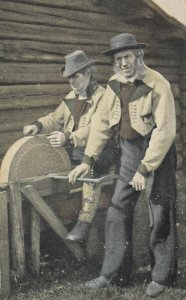 BOVERBRU , Norway , 1916 ; Men sharpening blades
