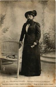 CPA THAON-les-VOSGES Madame Delait en promenade (574767)
