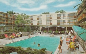 TORONTO , Ontario , Canada , 1950-60s ; Four Seasons Motor Hotel ; Swimming Pool