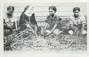 Oceania Futuna native women manufacture of mats fabrication des nattes