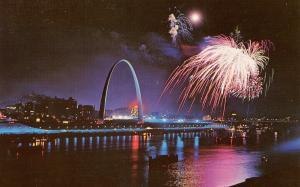 MO - St Louis. Gateway Arch, Fireworks