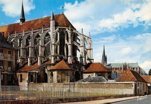 France Le chevet de l'Eglise Saint Peirre a droite La Cathedrale