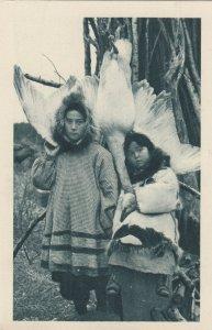 Cercle Arctique (ALASKA) , 1910s ; Eskimo Girls and a goose