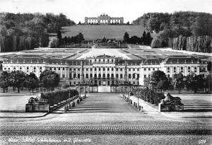 Wien Shcloss Schoenbrunn mit Gloriette Castle General view Statues