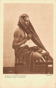 Indonesia - Javanese binding his headcloth - Nederlands Indië NI-01