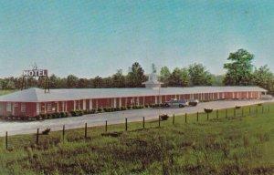 FAYETTEVILLE , NC , 50-60s ; Clover Leaf Motel, Parking Lot view