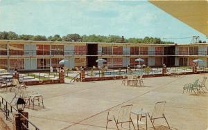 Tupelo Mississippi~Holiday Inn~Swimming Pool & Terrace~1950s Postcard