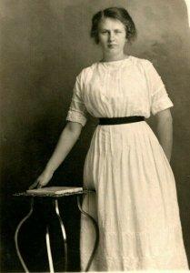 Vtg Postale 1913 Studio Vue Annie dans Le Blanc Robe Aime Pour Tactile The Table