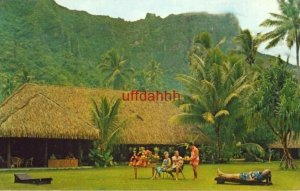 FRENCH POLYNESIA, COOK'S BAY - MO'OREA. THE AIMEO HOTEL 1968 guests on lawn