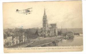 SABLE-SUR-SARTHE, L'aviateur Allard, sur Biplan Caudron, fait autour de l'Egl...