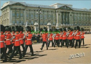 London Postcard - Military - Guards Marching, Buckingham Palace   RR10387