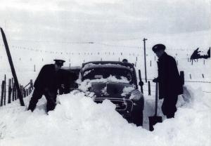 Vintage Reproduction Scotland Postcard, Post Office Van in Snow 1962 W73